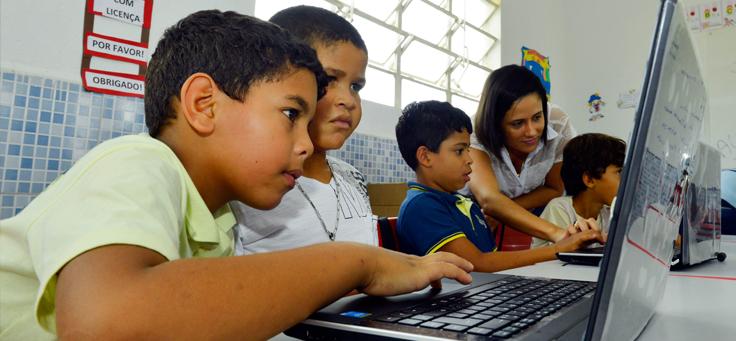 Estudantes utilizam laptops em sala de aula de Santo Antão