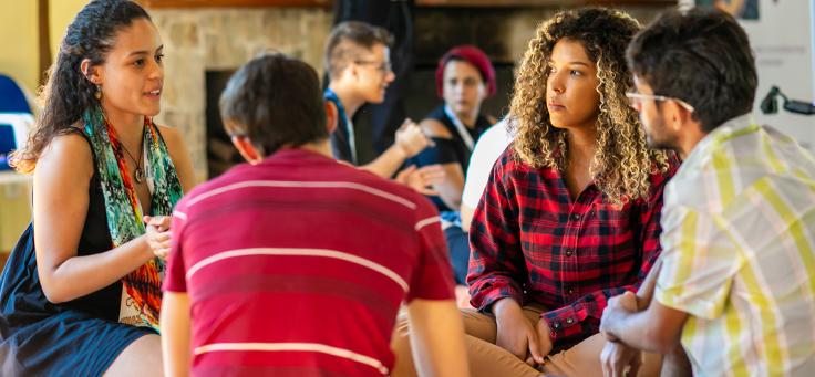 Jovens que participaram da Incubação do Pense Grande, que é parte da estratégia apoiar, estão sentados em rodas.