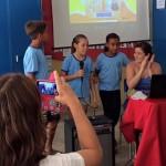 Professora assídua no Escolas Conectadas em sala de aula durante atividade com alunos
