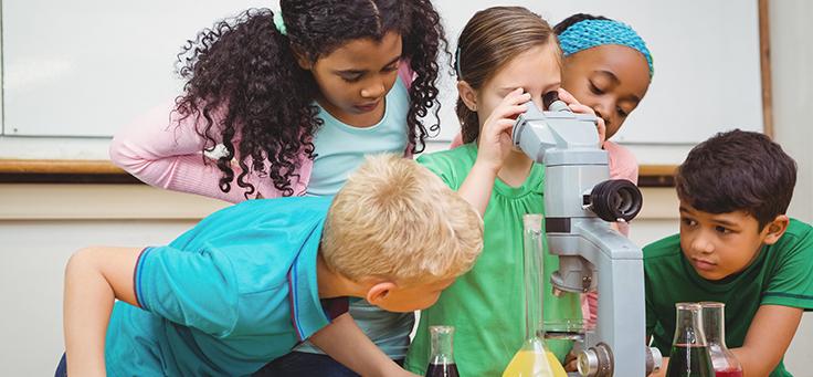 Crianças usam instrumentos de laboratório em escola. Imagem ilustrativa do Escolas Conectadas, da Fundação Telefônica