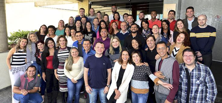 Voluntários do Grupo Telefônica posam para foto sorridentes