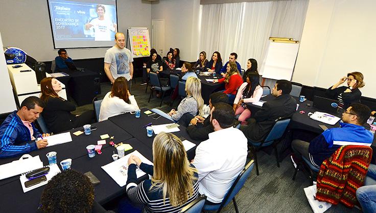 Americo Matar fala com conversa com voluntários do grupo