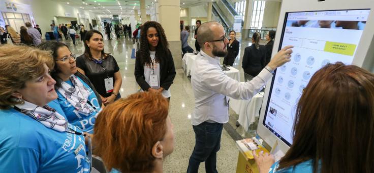 Estande da Fundação Telefônica apresenta programas de inovação educativa para gestores durante o evento