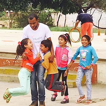 Pablo Giordani ao lado de crianças peruanas em escola