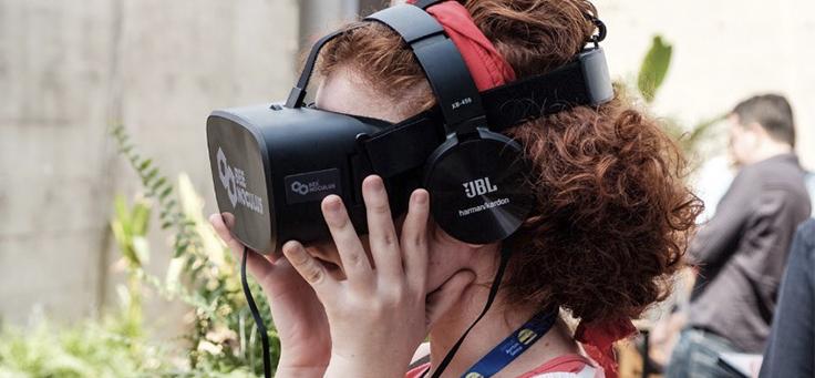 Imagem mostra criança usando um óculos de realidade virtual