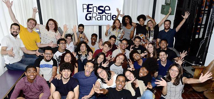Jovens do programa Pense Grande posam para foto