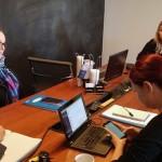 Professores sentam ao redor de mesa no Projeto Aurora