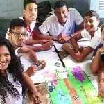 Jovens do Rio Grande do Norte sentados em mesa com tabuleiro jogam o jogo Se Vira do Pense Grande