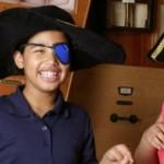 Duas crianças da ONG 826 Valencia se vestem de piratas, com chapeis e tapa-olhos.