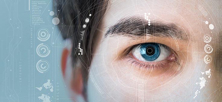 Metade de rosto de homem branco, com olhos claros, cabelo liso. Sobre ele, arte com grafismo high-tech