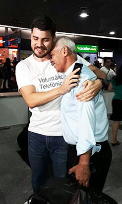 Voluntário Thiago à esquerda, abraça Severino na chegada deste ao aeroporto no Recife