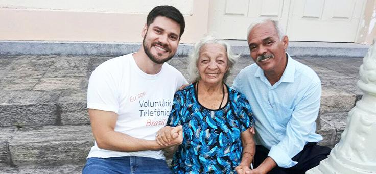 Voluntario Thiago, Severino e dona Sofia, mãe de Severino posam para foto no Abrigo Cristo Redentor, no Recife