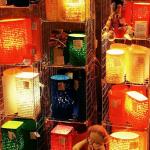Em feiras de artesanato, luminárias feitas com bagaço de cana são vendidas pelo Projeto Arte e Luz da Rua