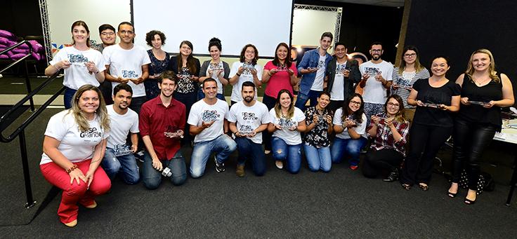 Colaboradoras da Telefônica Vivo e parceiros do demoday nas ETECs posam para foto com camiseta escrito Pense Grande