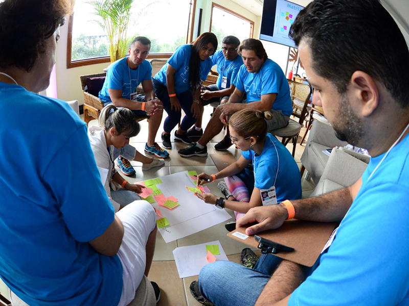 Voluntários fazem dinâmica com cartazes e post its