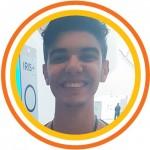 """Foto 5_Marcos - Depois de ter participado do painel da manhã, o estudante da ETEC Pirituba (SP) Marcos Vinicius Oliveira de Souza, 16, aproveita o tempo livre para fazer o que ele chama de intercâmbio de informações. """"Aqui é uma oportunidade de a gente trocar experiências com pessoas de muito longe e que, em outras situações, não teríamos contato""""."""