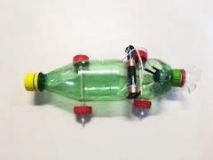 Materiais como garrafas de plástico encontrados no córrego próximo à escola se transformam em robô