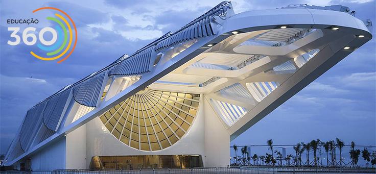 Foto da cobertura do museu do amanhã no cair da noite. Estrutura de metal pintado de branco e vidro tem ar futurista.