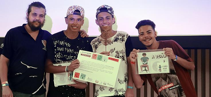 Na imagem Murilo Oliveira, Luís Henrique de Oliveira e Matheus Souza da Silva criaram um plano que aula que usa o rap como método de ensino