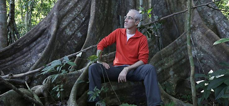 O diretor Luiz Bolognesi posa durante a gravação do documentário Ex-pajé
