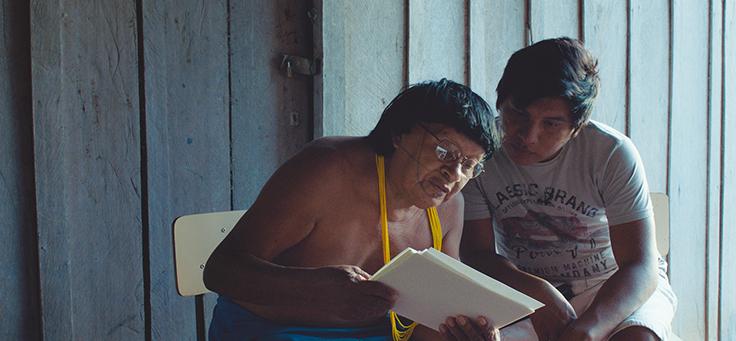 Perpera, que perdeu o título de pajé na tribo Paiter Surui, é consultado por integrante da tribo