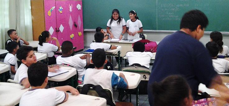 Imagem mostra crianças que participam de iniciativa queintegra estudantes brasileiros e bolivianos