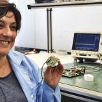 Paula Gomez, CEO da Epistemic, exibe protótipo do dispositivo que deve ajudar milhões de epilépticos
