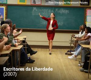 Na imagem, atriz Hilary Swank aparece em sala de aula, com lousa ao fundo