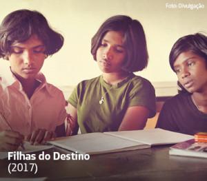 Imagem mostra três meninas lendo um livro em cena do documentário Filhas do Destino