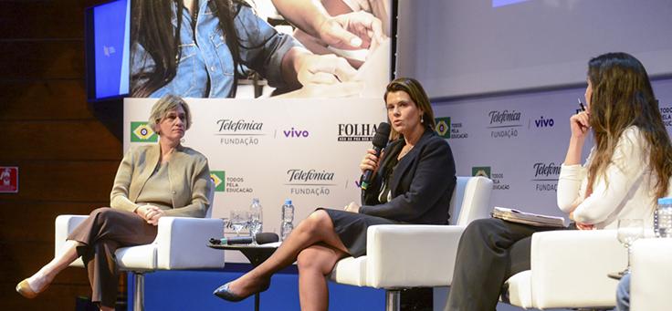 Mila Gonçalves, gerente de Programas Sociais da Fundação Telefônica Vivo, fala no lançamento do Movimento de Inovação para Educação. Ela está sentada, com microfone na mão, tem cabelos curtos, na altura do ombro e usa roupa social preta