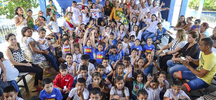 Crianças da escola posam para foto durante o Vacaciones Solidárias em Manaus