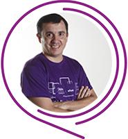 Tiago Elivis, Embaixador do Programa de Voluntariado da Fundação Telefônica Vivo usa camiseta púrpura e tem cabelos curtos