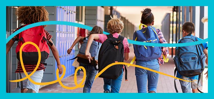 Na imagem, grupo de cinco crianças com mochilas nas costas correm pelo corredor de uma escola, com armários ao fundo