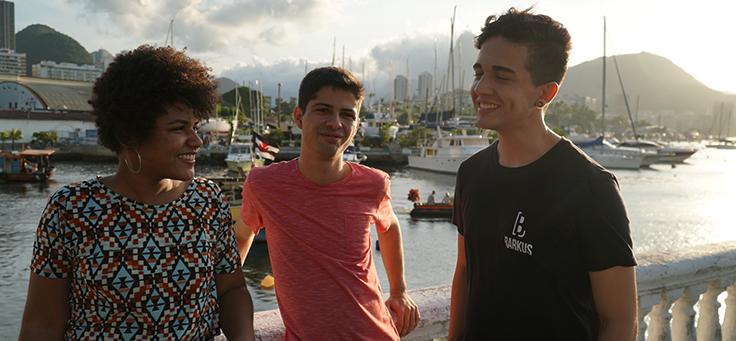 Três jovens do projeto Barkus conversam em gravação do Pense Grande.doc