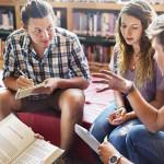 Um grupo de jovens está sentado em roda discutindo sobre os desafios do empreendedorismo