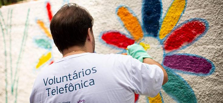 Colaborador participa de oficina de grafite durante o dia dos voluntários