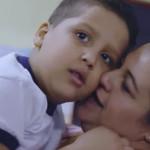 A professora Camila recebe o abraço de um de seus alunos