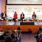 Imagem mostra Anna Penido falando ao microfone. Ao fundo estão outros palestrantes do Educação 360 STEAM, como Maria Conceição, do Sesi, e Alexsandro, do Instituto Unibanco.