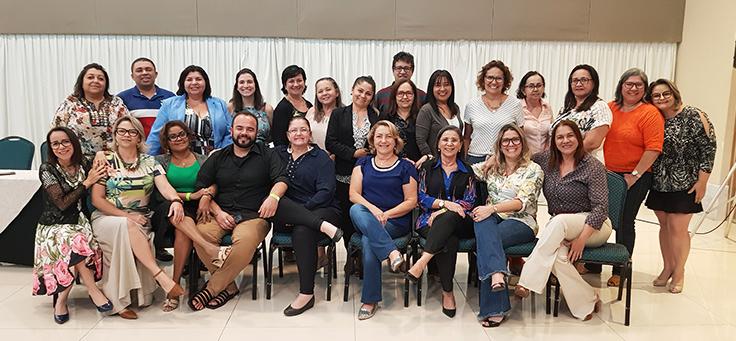 Grupo com 23 homens e mulheres forma duas fileiras de pessoas e posa para foto após formação no Rio Grande do Norte da Assessoria Inova Escola, que promove inovação educativa na rede pública.