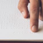 Iniciativas culturais utilizam braille e recursos táteis para inclusão de pessoas com deficiência