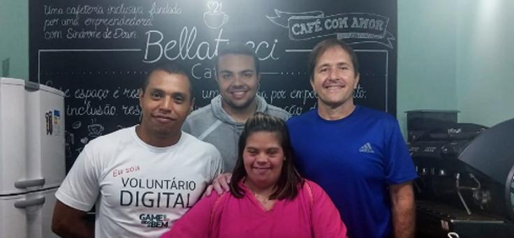Os vencedores do Game do Bem posam para foto com Jéssica Pereira do Bellatucci