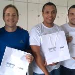 Na imagem, os vencedores do Game do Bem e colaboradores do Grupo Telefônica posam para foto com sacolas de brindes