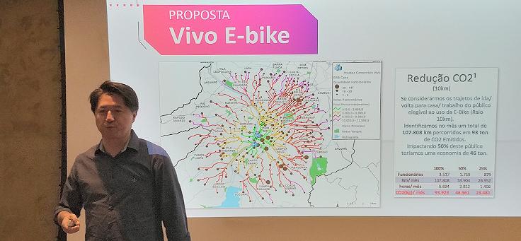 Claudio Alberto Ikeda, diretor de BI e Big Data da Vivo, está mostrando um mapa de rastreamento de usuários em palestra do Data for Good.