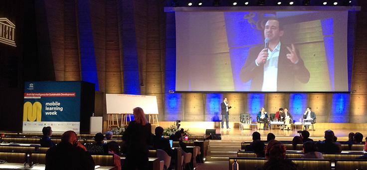 Imagem da plenária durante a Palestra: Promovendo parcerias abertas para o uso universal e igualitário da Inteligência Artificial na educação