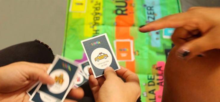 Imagem mostra pessoas jogando o jogo Se Vira