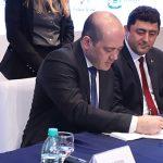 A imagem mostra o diretor-presidente da Fundação Telefônica Vivo, Americo Mattar, assinando o termo de cooperação com o município de Goiânia.