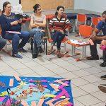 Alunos estão sentados em círculo durante uma dinâmica em sala de aula da Escola Municipal de Ensino Fundamental Profª Iêda de Seixas Souza, que integra lista das mais inovadoras do Brasil.