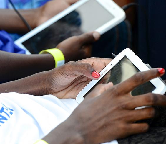 Mãos operam tablet, um dos recursos tecnológicos que podem ser usados para melhorar o ensino-aprendizagem.