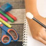 Alunos está com lápis nas mãos, escrevendo em um caderno para ilustrar seis temas importantes que vão pautar a educação nos próximos anos.