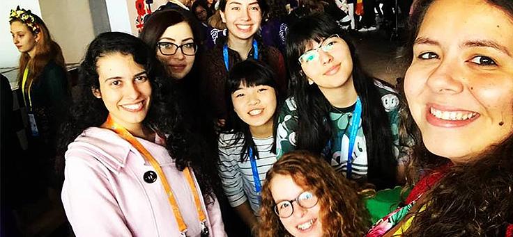 Delegação brasileira tira selfie na 8ª Olimpíada Europeia Feminina de Matemática, com a líder, Deborah Alves, em primeiro plano. Elas incentivam meninas na Matemática.